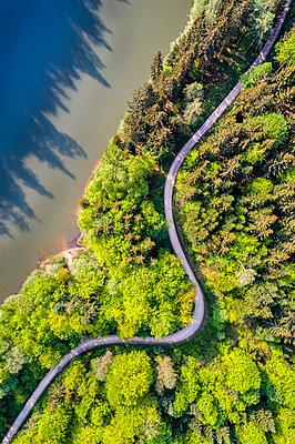 Germany, Baden-Wuerttemberg, Schurwald, Aerial view of Herrenbach reservoir - p300m1587020 von Stefan Schurr