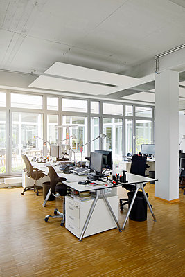 Desks, chairs and computers in office - p300m2267872 by Peter Scholl