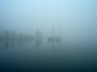 Boot im Nebel - p945m1154582 von aurelia frey