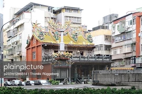 Appartmenthäuser und Tempel in Taipeh - p237m1286514 von Thordis Rüggeberg