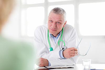 Arzt - im Gespräch - p1212m1119441 von harry + lidy