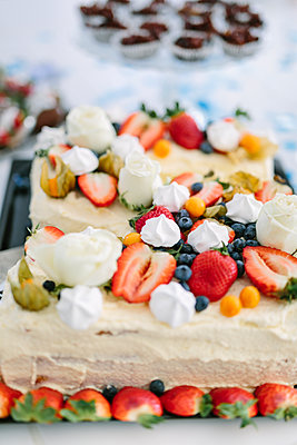 Cakes with fruits - p312m2050119 by Linda-Pauline Arousell