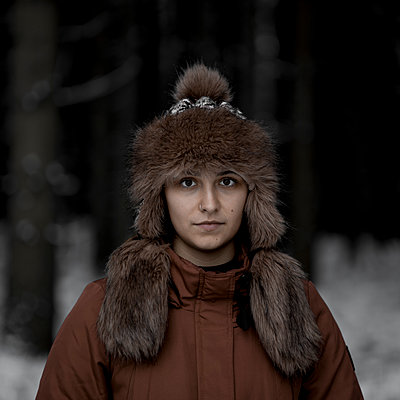 Young woman with fur hat - p552m2244535 by Leander Hopf
