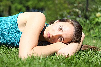 Relaxing in the garden - p045m912823 by Jasmin Sander
