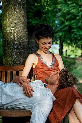 Paar auf der runden Gartenbank - p1212m1159047 von harry + lidy