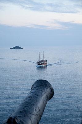 Kanone zielt auf Schiff - p1356m1440452 von Markus Rauchenwald
