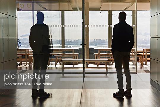 Zwei Männer im Büro mit Aussicht - p227m1589154 von Uwe Nölke