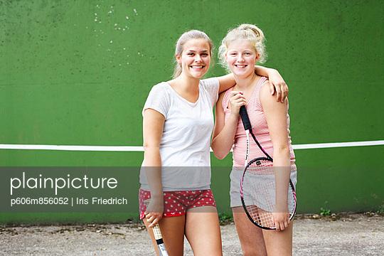 Tennis-Freundinnen - p606m856052 von Iris Friedrich