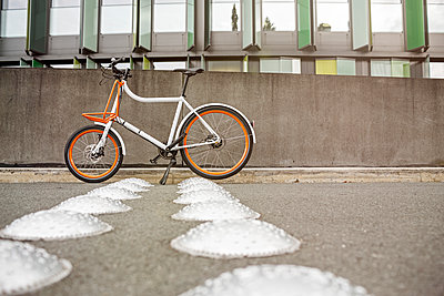 Bicycle at a wall in urban surrounding - p300m1562565 by Peter Scholl