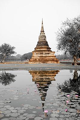 Thailand, Sukhothai, Sukhothai Historical Park, Pagoda and pond - p300m1587362 von Hartmut Loebermann