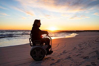 Man on wheels enjoying seaside - p429m2091479 by Francesco Buttitta