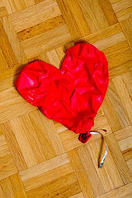 Verschrumpelter Herzluftballon - p451m1191065 von Anja Weber-Decker