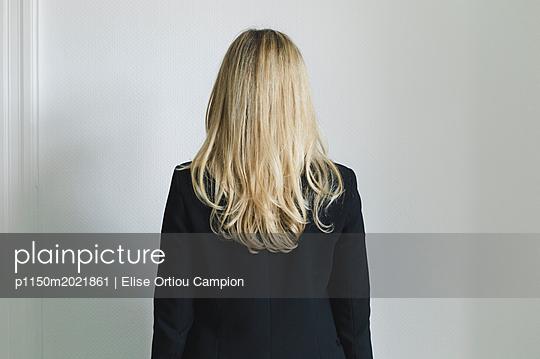 Blonde Frau, Rückansicht - p1150m2021861 von Elise Ortiou Campion