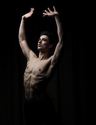 Young man practising free dance - p1139m2173416 by Julien Benhamou