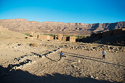 Morocco, Draa Valley, Children playing soccer - p1167m2269968 by Maria Schiffer