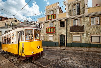Portugal, Lisbon, Tram - p335m2177654 by Andreas Körner