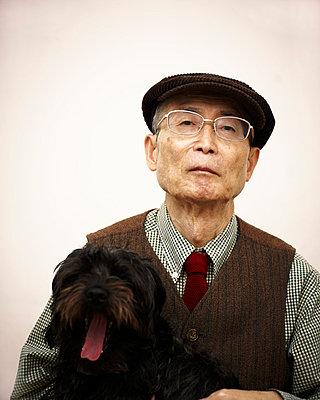 Älterer Mann mit Hund - p5000129 von Yumiko Kinoshita