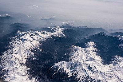 Luftaufnahme schneebedeckte Berggipfel - p1046m1467526 von Moritz Küstner