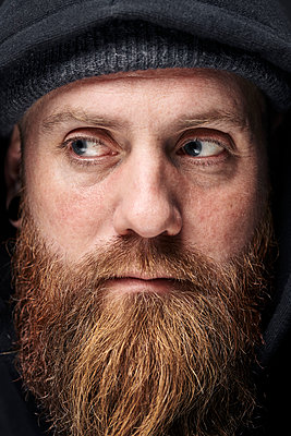 Portrait of man with full beard and hood - p1124m2229075 by Willing-Holtz
