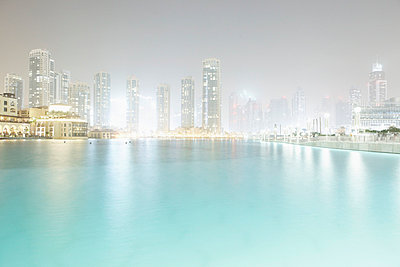 Lake Dubai at night - p5862911 by Kniel Synnatzschke