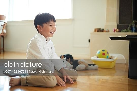 Japanese kid at home - p307m2296729 by Naoki Nishimura
