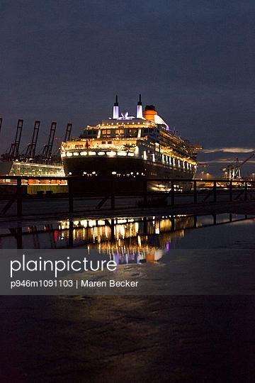 Queen Mary II Im Hamburger Hafen - p946m1091103 von Maren Becker
