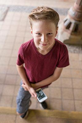 Kind mit Handy - p1222m1154576 von Jérome Gerull