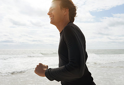 Junger Mann am Meer - p1694m2291696 von Oksana Wagner