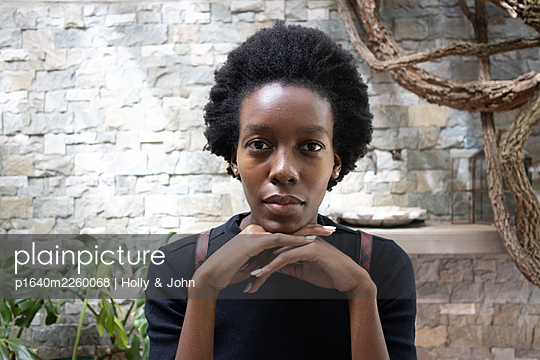 Dark skinned woman, portrait - p1640m2260068 by Holly & John