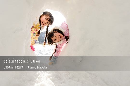 Kids playing in the snow - p307m1152171 by Fumio Nabata