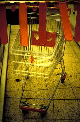 Shopping trolley - p0140039 by Silja Sperling