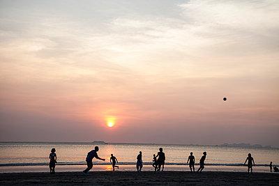 Fußballspiel am Abend - p1157m1004702 von Klaus Nather