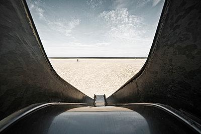 Rutsche am Strand - p1162m952150 von Ralf Wilken