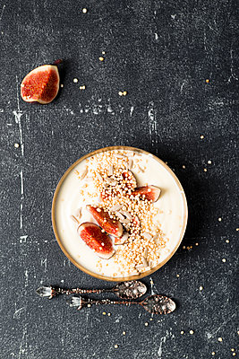 Bowl of natural yoghurt with fig, puffed quinoa and sunflower seed - p300m1189598 by Mandy Reschke