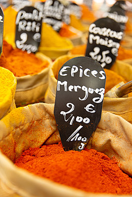 Spice stall - p756m2125158 by Bénédicte Lassalle