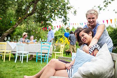 Freunde haben Spaß auf einer Gartenparty - p788m1165395 von Lisa Krechting