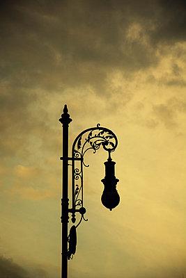 Silhouette einer alten Straßenlaterne - p794m1562164 von Mohamad Itani