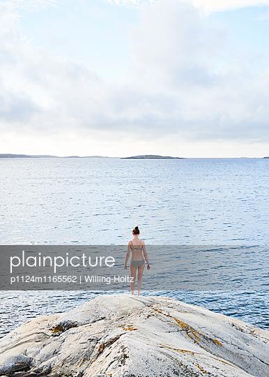 Frau läuft ins Wasser - p1124m1165562 von Willing-Holtz