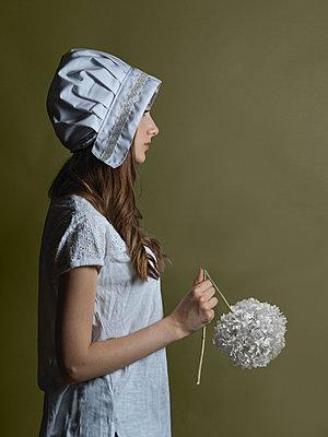 Girl wearing vintage outfit - p1376m2110470 by Melanie Haberkorn