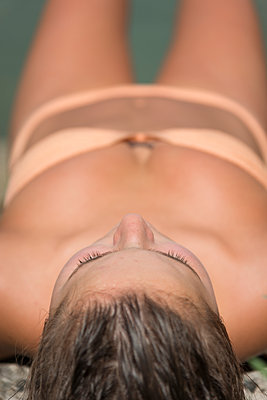 Junge Frau im Bikini beim Sonnenbaden - p1437m1584875 von Achim Bunz