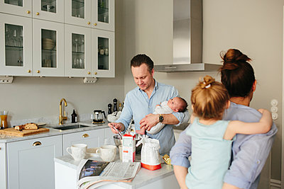 Family in kitchen - p312m1557182 by Anna Rostrom