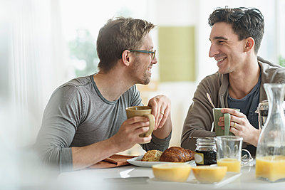 Caucasian gay couple eating breakfast together - p555m1412807 by JGI/Tom Grill
