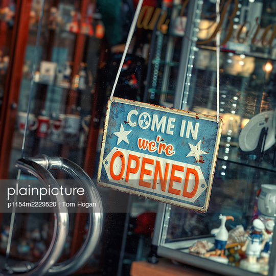 Deutschland, Hamburg, Geschäft geöffnet, Schild aus Metall - p1154m2229520 von Tom Hogan