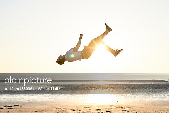 Akrobat am Strand - p1124m1589361 von Willing-Holtz