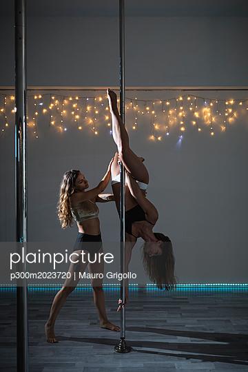 Pole dancers during a performance - p300m2023720 von Mauro Grigollo