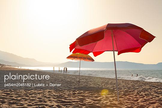 Evening shore - p454m2045182 by Lubitz + Dorner