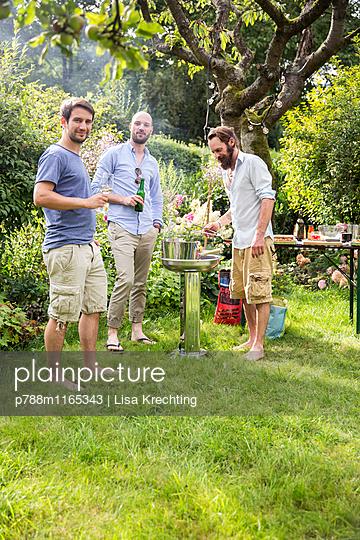 Grillen im Garten - p788m1165343 von Lisa Krechting