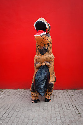 Dinosaurier trägt Müllsack - p045m2014797 von Jasmin Sander