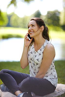 junge Frau telefoniert - p1146m1162899 von Stephanie Uhlenbrock