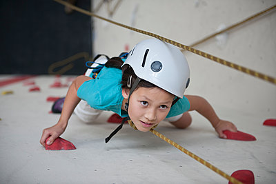 girl climbing at indoor climbing wall in London - p1166m2290323 by Cavan Images